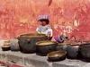 Indiánka predáva keramické nádoby, Antigua, Guatemala